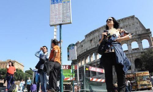 sciopero_trasporti_autobus_gente_che_aspetta_pendolari_attesa_estate