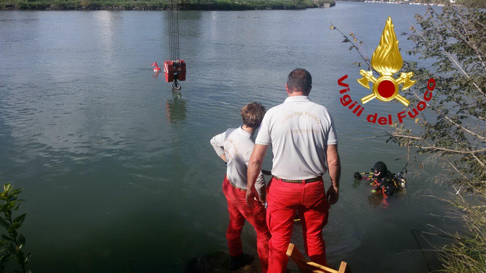 Vigili del fuoco al lavoro per recuperare corpo e auto dell'uomo (foto archivio)