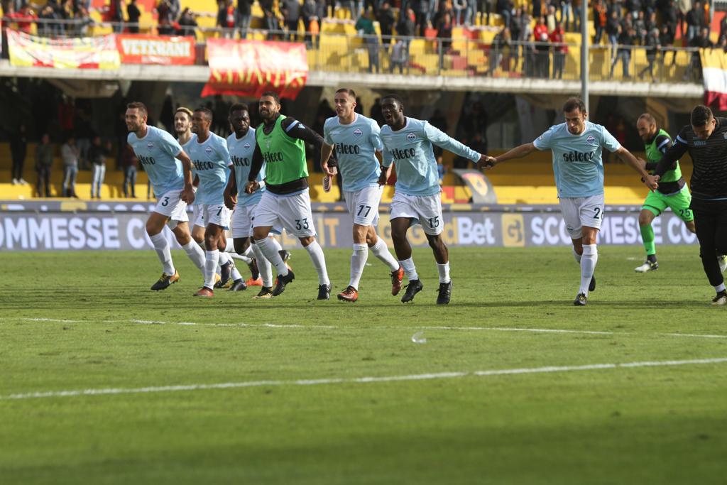 I giocatori della Lazio festeggiano la vittoria (Foto Paolo Pizzi)