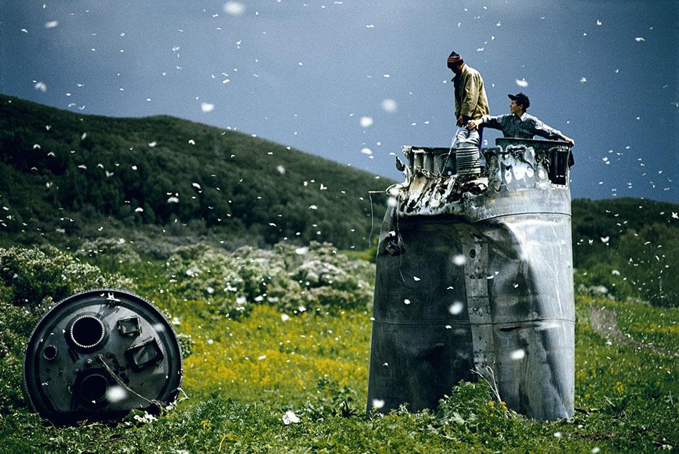 Jonas Bendiksen: Abitanti di un paese nel Territorio dell'Altaj raccolgono i rottami di una navicella spaziale precipitata, circondati da migliaia di farfalle Russia, 2000. © Jonas Bendiksen/Magnum Photos/Contrasto